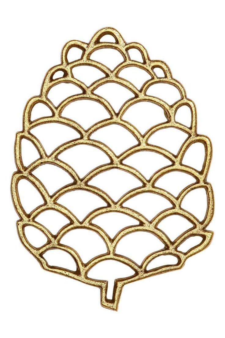 Metalowa podstawka pod garnek: Podstawka pod garnek w kształcie szyszki wykonana z oksydowanego metalu. Na spodzie nóżki. Wymiary 1,5x15,5x22 cm.