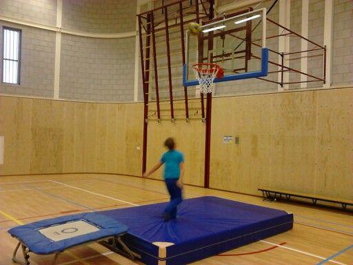 Basketbalworp vanaf de trampoline