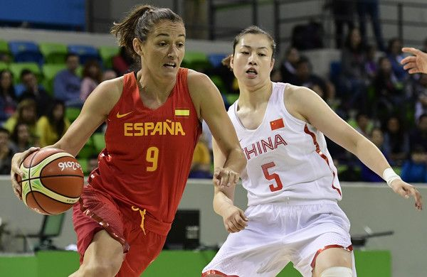 Spain's point guard Laia Palau (L) runs past China's guard Chen Xiaojia during a Women's round Group B basketball match between China and Spain at the Youth Arena in Rio de Janeiro on August 10, 2016 during the Rio 2016 Olympic Games. / AFP / JAVIER SORIANO