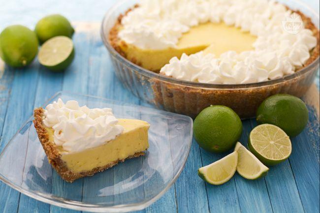 La key lime pie è una fresca e golosa torta di origine americana, preparata con una base di biscotti e una crema di latte condensato e lime.