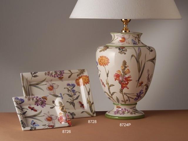 Lámpara de sobremesa pequeña y bandejas modelo Flowery. Cerámica italiana San Marco.