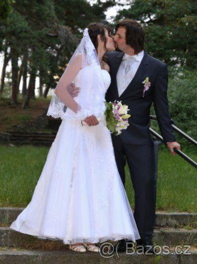 Krajkové svatební šaty se závojem a spodničkou - 1