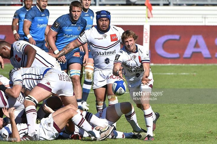 Bordeaux-Begles' French scrumhalf Baptiste Serin (R) passes the ball during the French Top 14 rugby union match, Castres Olympique vs Union Bordeaux-Begles on October 30, 2016 at the Pierre Antoine Stadium in Castres, southern France. / AFP / REMY