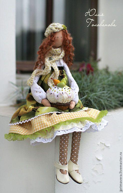 Купить или заказать Грушевый аромат (текстильная кукла) в интернет-магазине на Ярмарке Мастеров. ПОВТОРЫ НЕ ДЕЛАЮ!!! Осенняя девочка в шикарном платьице с грушевым принтом. В ручках держит грушевый пирог, от которого так и исходит аромат спелых сочных груш! Куколка сшита из качественного американского хлопка. Нижняя юбочка снимается. Беретик и шарфик связаны вручную. Волосы - натуральные овечьи кудряшки ручного окрашивания. __________________________________________ Узнавайте о нов…