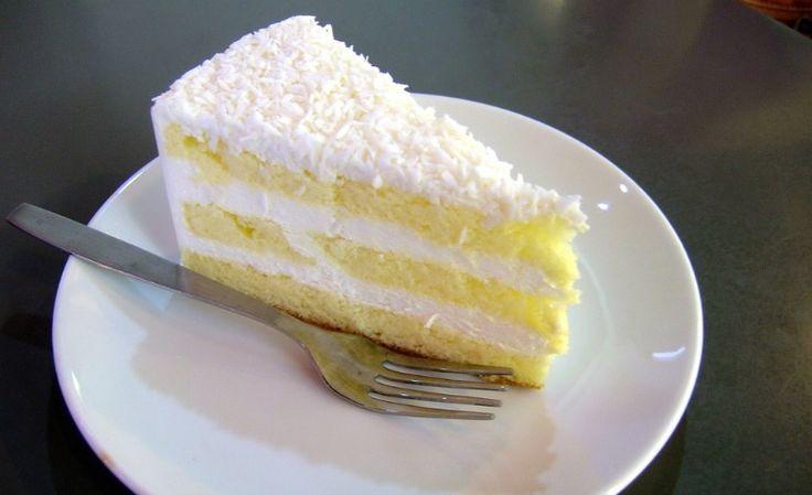 Un dessert che è un vero spettacolo non solo per gli occhi, ma anche per il palato: torta paradiso con ananas e cocco grattugiato.