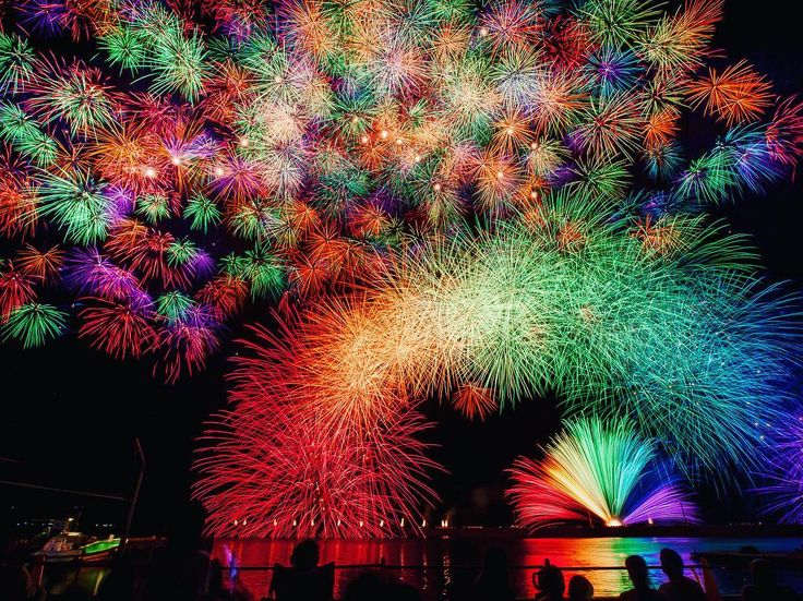 "The ""Saiun Kujaku (Iridescent Peacock)"" and ""Senringiku (Thousands of Chrysanthemum)"" Fireworks during Kihoku Lantan Festival in Mie, Japan - 2011, via @take2022jp Instagram"