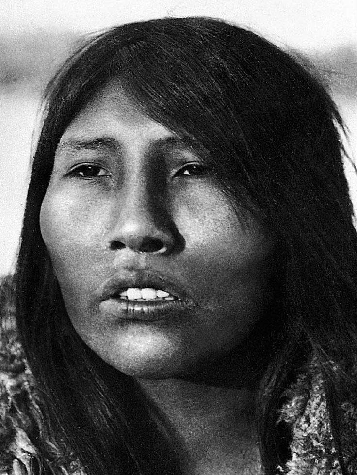 femme Ona : Angela Loig en 1923. Cette photo a peut-être été retouchée car elle ne comporte pas de peintures de visages comme sur l'affiche de l'expo du Musée du Quai Branly.
