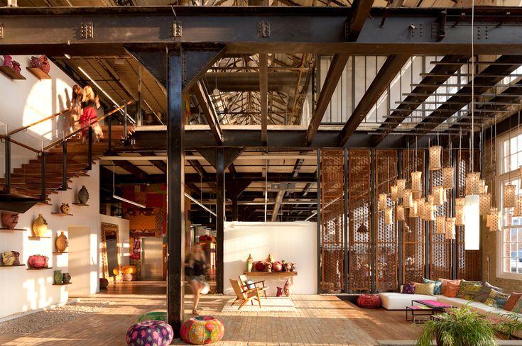hauts espaces, transparence, lampes qui descendent du plafond, poufs & coussins colorés