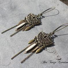 Bijou créateur - boucles d'oreilles dormeuses bronze ethniques breloques pampilles plumes lisses et sequins émaillés blanc