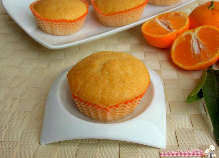 Muffin ai mandarini ricetta dolce senza burro, latte e uova, impasto all'acqua leggero con un delicato gusto di mandarino, ottimi per colazione o merenda.