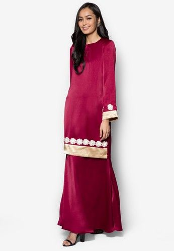 Baju Kurung Modern from Gene Martino in Red Gene Martino wants to make sure you look good when the occasion calls for traditional wear. Simple and feminine, this loose-fitting colourblocked design does so much for you with so little. A good purchase, we must say.  Top - Polyester - Rou... #bajukurung #bajukurungmoden