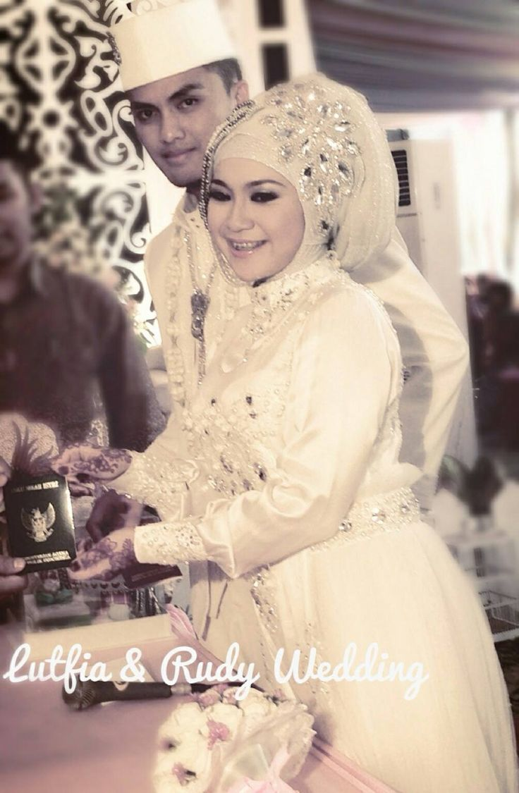 This is the akad dress of my best friend wedding Lutfia.. the hijab style and decoration are still my favourite