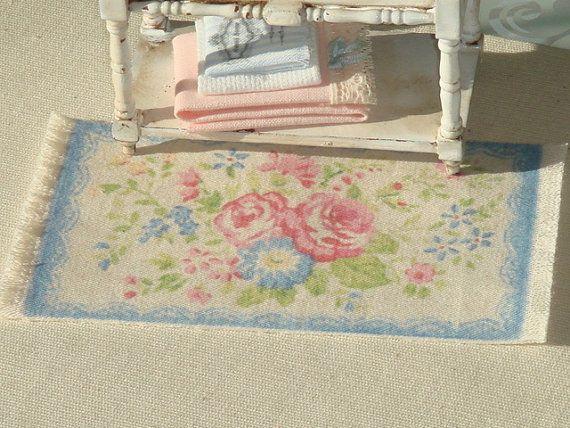 Deze mooie tapijt is gemaakt in zachte pastel coulurs gaat perfect in uw shabby poppenhuis. Ik print alle mijn karpetten in vorige oude weefsel, het toevoegen van twee meer jassen van weefsel door verwarming sistem. Mijn tapijten zijn verschillende van de rest van de markt door zijn gewicht en dikte, wat haar opwachting maakt het meest vergelijkbaar aan de realiteit. De gebruikte kleuren zijn aangespoeld, echt leuk voor shabby, Frans, land en Victoriaanse stijlen. Als de grootte niet degene…
