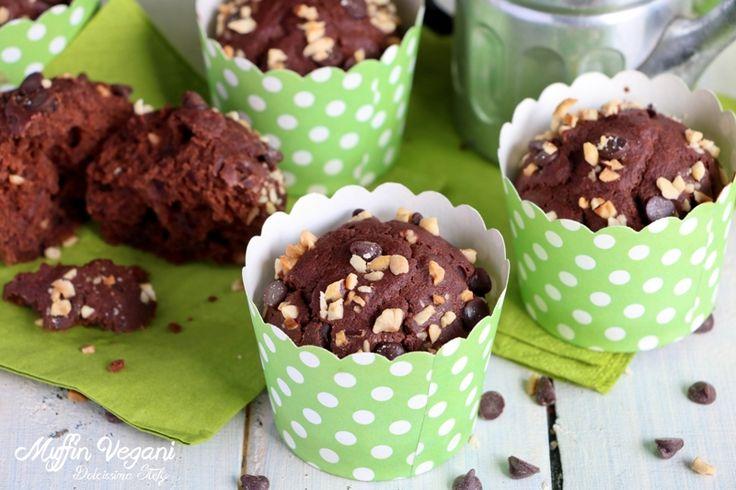 In una ciotola mettete 180gr di farina, 40gr di cacao, due cucchiaini di lievito e mescolate con un cucchiaio. Aggiungere 220 ml di latte di riso, 60ml di sciroppo d'agave oppure 140gr di zucchero e 6 cucchiai di olio di riso e amalgamate il tutto mescolando molto velocemente. Aggiungete 3 cucchiai di gocce di cioccolato e 2 cucchiaini di granella di nocciole, lasciandone un po' per la superficie. Versate nei pirottini, Informarli per 20 min, a 180 gradi