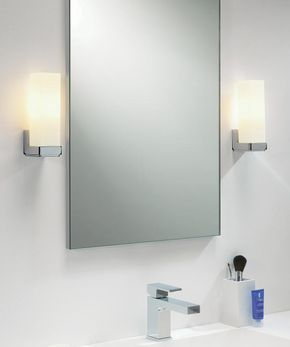 Illumina/Astro Taketa: Für eine besondere Beleuchtung in Ihrem Badezimmer: Opalweiße Glasdiffusoren sorgen dafür, dass sich das Licht gleichmäßig im Raum verteilt und Sie vor dem Spiegel so gekonnt in Szene setzt. Die Leuchte ist spritzwassergeschützt und ist daher ein angemessener Begleiter am Waschtisch! #badezimmerbeleuchtung #spiegelleuchte #spiegelbeleuchtung #spiegellampe #bad #badezimmer #spiegel #wandleuchte #eckig #illumina #astro #taketa #reuter #reuterde