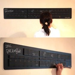 ■黒板塗装のベースボード、万年黒板カレンダーマグネット55個セットです。■3週分横に並べる事ができます。■木製黒板マグネットに日付と曜日を彫刻しております。■木板に鉄板を張り合わせたベースのボードにも黒板塗装されているため、黒板ボードとしてもお使いいただけます。■裏はフラットな状態なので壁に貼り付ける場合は強力な両面テープ等をご使用ください。 ※自立はしません。■珍しいチョークペンシルにもマグネットを埋め込んでおります。■マグネットはネオジウム磁石なので磁力は強力です。■インテリアにいかがでしょうか?■一コマサイズ:W50×D50mm■ボードサイズ:W1050×D180mm■材質:MDF※レーザー彫刻機で加工している為、若干コゲの匂いがします。※黒板塗料成分/水性ペンキ成分【合成樹脂(アクリル)、顔料、有機溶剤、防カビ材、水】水性アクリル塗料ですので、ラッカーシンナー等は含まれておりません。▼カラーは下記よりお選びください▼赤/紺/緑/茶/黒新しい黒板の黒板面は、チョークとなじませることで扱いやすくなります。※チョークと馴染んで...