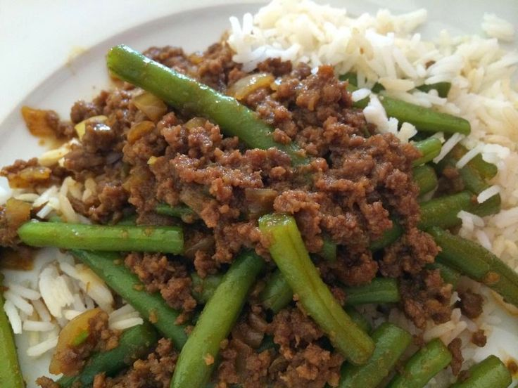 Verse sperziebonen met gehakt in ketjapsaus en rijst