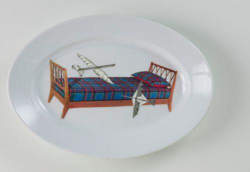 """PiattoUnico """"Sogno 4"""" [Dream #4] Piatto da portata ovale, manifattura ceramica Richard. Al suo interno collage di immagini tratte da un catalogo di letti degli anni 50 e da una raccolta di immagini francesi di fine 800."""