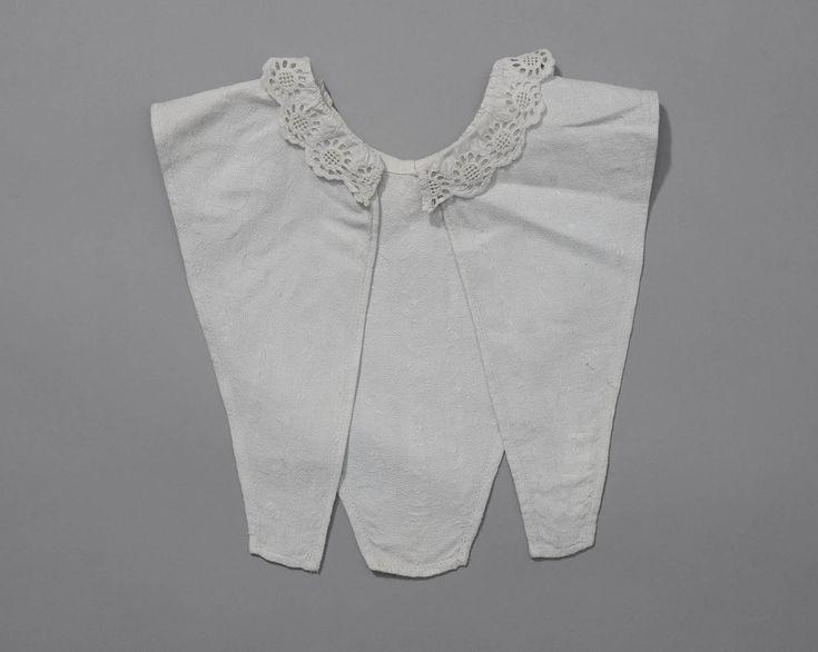 chemiset, vermoedelijk gedragen op  Noord-Veluwe V-vormig chemiset van katoen met ingeweven streken met langs de hals een kraagje van broderie anglaise. De chemiset is aan de achterzijde open en is machinaal genaaid. #Gelderland #Veluwe