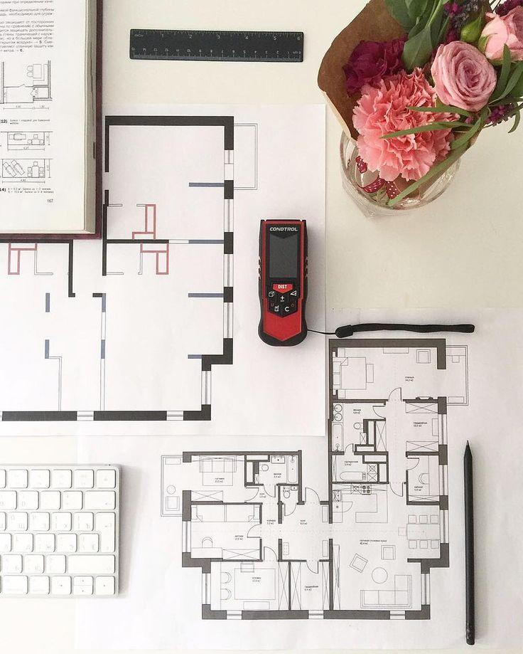 Ещё одно решение #enjoy_home_планировки ! Сегодня покажем вам проект, где мы объединили три квартиры в одну (чтобы рассмотреть фото, вы можете приблизить его). Основная трудность была в том, что нам нужно было вписать в интерьер многочисленные несущие конструкции и стояки трех квартир, определиться, какой из трех входов оставить, избежав образования длинных коридоров, и, как расположить кухню так, чтобы она в итоге оказалась не над жилой комнатой. На фото вы видите итоговую планировку (…