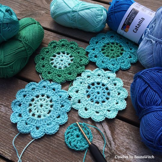 Japanese-flowers to be used for the popular japanese type scarf (with free pattern)