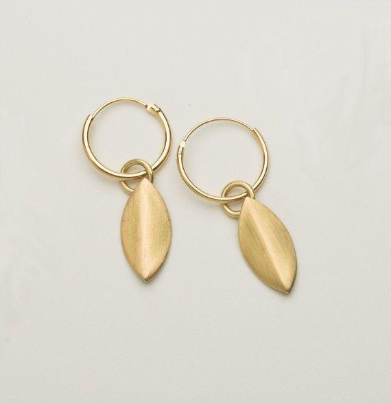 18 Karat gold-Ohrringe. Die Form ist inspiriert von Lilienblättern. Gibt es bei Etsy.