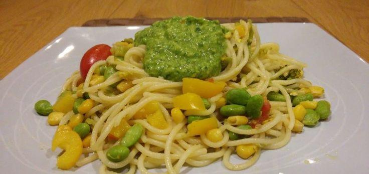 Un piatto di pasta, preferibilmente spaghetti o linguine, con peperoni e zucchine, pomodori, mais e fagioli edamame, il tutto reso ancora più gustoso da una crema a base di avocado e basilico. Per preparare un piatto di spaghetti con verdure e fagioli alla crema di avocado per 4 persone occorrono: - 600g di spaghetti o linguine - 2 peperoni arancioni - 2 peperoni gialli - 2 zucchine - 4 pomodori - 100g di mais - 100g di edamame - un avocado - un limone - olio extravergine di oliva - sale…