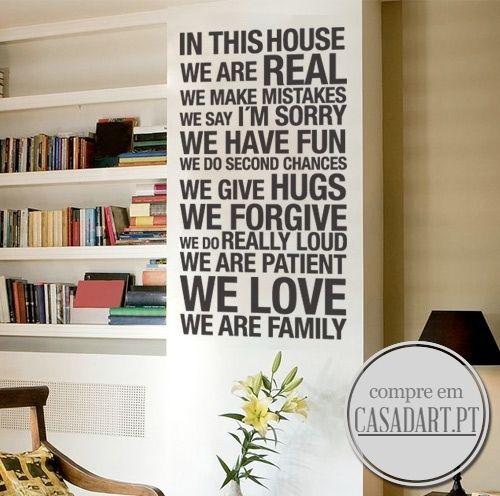 Aplique o In This House We Are Real Autocolante em qualquer superfície plana. In This House We Are Real Autocolante é a escolha perfeita.