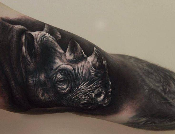 Tatuaje de estilo black and grey de un rinoceronte.