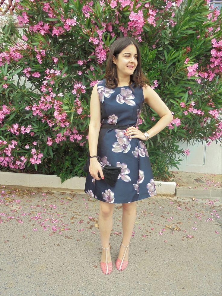 FLOWER DRESS - Temporada: Primavera-Verano - Tags: wedding - Descripción: Look de invitada con un bonito vestido en color azul marino con estampado de flores de color rosa. Combinado con un cinturón negro y unos zapatos rosa #FashionOlé