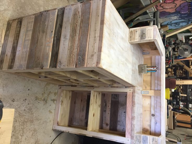 If you're opening a new business, save some money and make your ownPallet Sales Counter! This brilliant idea could be adapted in a number of ways to suit your company's needs. Pallet Sales Counter: This is a combination of pallet wood and some beech plywood.  Comptoir de vente en ... #PalletCounter, #RecyclingWoodPallets, #Shop