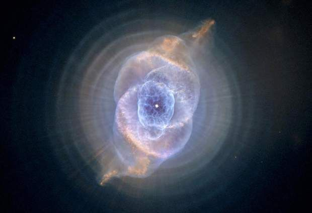 La nébuleuse de l'œil de Chat La nébuleuse planétaire de l'œil de Chat possède une structure d'apparence complexe. Vents stellaires, éjections de masse et étoiles en orbite l'une autour de l'autre seraient notamment à l'origine de cet incroyable objet céleste. La nébuleuse de l'œil de Chat se trouve à environ 3 600 années-lumière de la Terre.