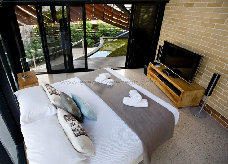Queensland Holiday Houses.  Executive Retreats offer the best selection of holiday houses in Tropical North Queensland.  http://www.executiveretreats.com.au/ This is 28 Beachfront Mirage.