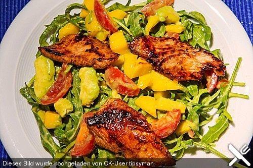 Mango-Avocado-Salat mit Hühnerstreifen, Rucola und Tomaten