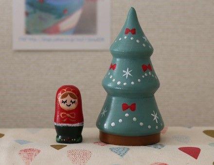 【作品の特徴】リボン柄のシンプルなクリスマスツリーの中に可愛いマトリョーシカが納まる小さな2人組の入れ子式です。*木製。*アクリル絵の具でペイントし、 光沢少... ハンドメイド、手作り、手仕事品の通販・販売・購入ならCreema。