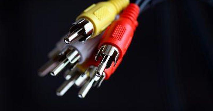 Como fazer cabos adaptadores de RCA para USB. Os cabos RCA permitem que os sinais de áudio e vídeo sejam transportados de um dispositivo para outro, dividindo o sinal em três: áudio direito, áudio esquerdo e vídeo. Cada uma das três tomadas RCA com códigos de cores é conectada a uma tomada em seu dispositivo. Cabos USB são constituídos de vários fios. Alguns são usados para carregar itens ...