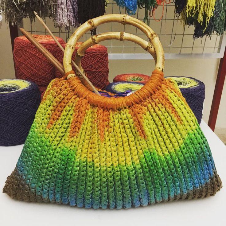 Tas ini dibuat dari bahan rayon pita, dirajut menggunakan pola gratis dari Youtube (Nastazia.com), kemudian setelah selesai dirajut tas yang berwarna polos/solid diwarnai manual dengan pewarna yang…