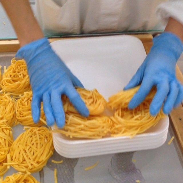 Il confezionamento della #pasta #lucianamosconi, un processo manuale fatto da validissime collaboratrici con una manualità unica! #Video su #igersmacerata