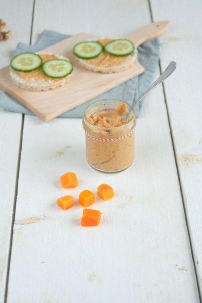 groentespread van pompoen. 150 gram pompoen (diepvries), 4 eetlepels water, 50 gram pecannoten (walnoten), 2 theelepels honing, snufje kaneel