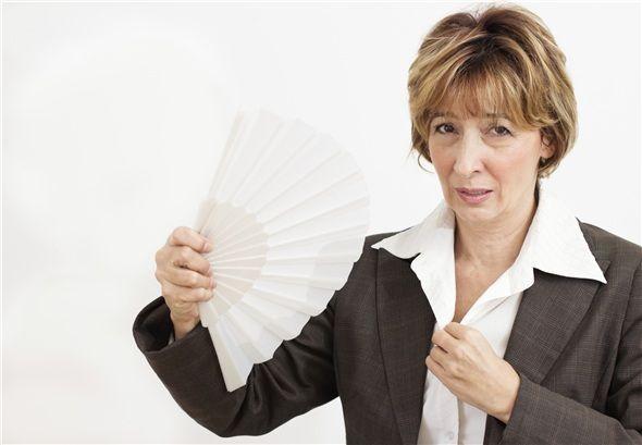 Menopoz döneminde sıkça rastlanan sıcak basması şikayetleri, sağlığa zararlı değildir. Geceleri olan sıcak basmaları uyku düzenini etkileyebilir, bunun dışında tıbbi olarak bir zararı yoktur.