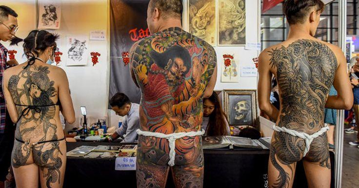 De fio-dental, participantes exibem tatuagem cobrindo costas e nádegas