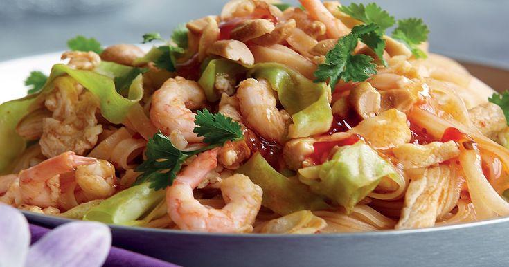 En av Thailands mest välkända rätter. Milda risnudlar som wokas med kyckling, räkor, ägg, jordnötter och vitkål.
