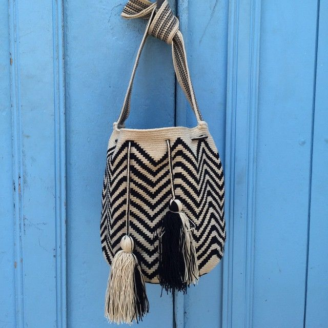 One of our best sellers it looks great everywhere  #guanabanahandmade #guanabanabag #bestsellers #blackandwhite #bucketbag #zigzag #magicplacesintheworld #handmade #crotche #fashion #sustainable #bohochic #hippychic #cool #holidays #summer