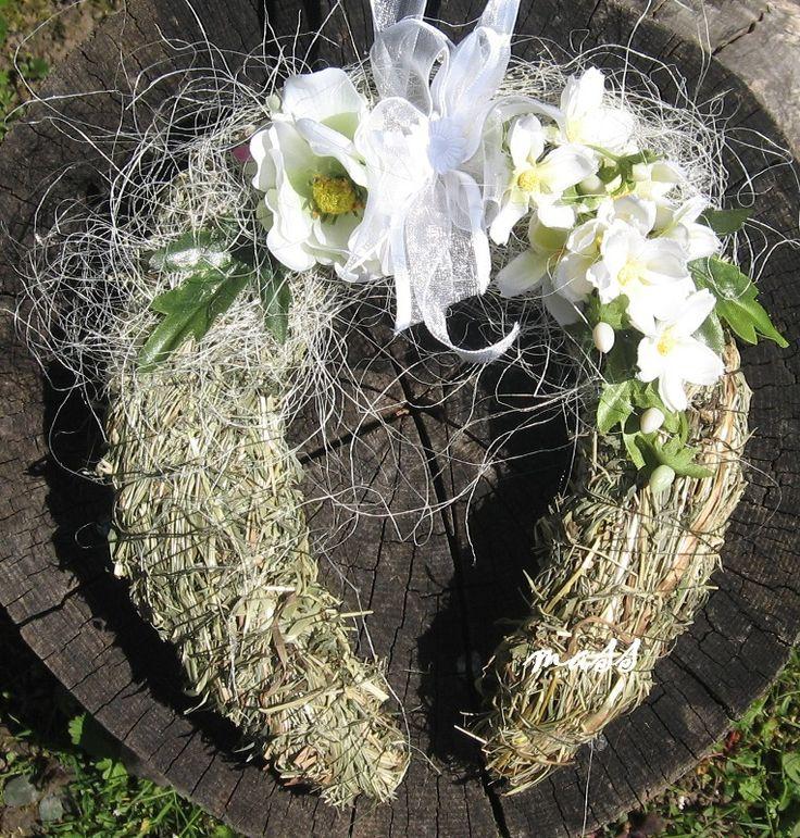 Podkova co voní jarem Podkova ze sena, o rozměrech cca 20x20cm, dozdobená kvítky, stuhami. Délka závěsu cca 13cm.