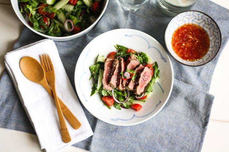 Een nieuwe week, een nieuw heerlijk recept uit de Koken met Aanbiedingen app: een Thaise biefstuksalade. Een heerlijk recept met aanbiedingen van Albert Heijn (geldig tot en met 5 oktober 2014). Maar je kunt de ingrediënten natuurlijk ook ergens anders halen. Dit recept werd voor Koken met Aanbiedingen gemaakt door Vanessa van Culinessa.com. Kijk voor meer informatie over de aanbiedingen van […]