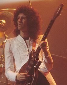 Brian May en Novembre 1979 avec sa célèbre guitare, la Red Special.