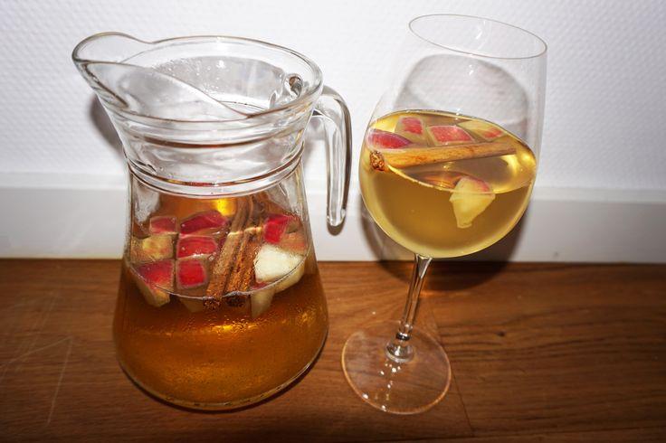 Het is bijna Halloween en ook al word dit niet echt gevierd in Nederland, wilden wij dit toch niet ongemerkt voorbij laten gaan. Wellicht hebben jullie wel leuke thema feestjes dit weekend of kijken jullie griezelfilms. Wij hebben speciaal voor Halloween een heerlijk drankje gemaakt: Hallowine. Een sprankelende appelwijntje met kaneel. Een heerlijke dorstlesser wat...