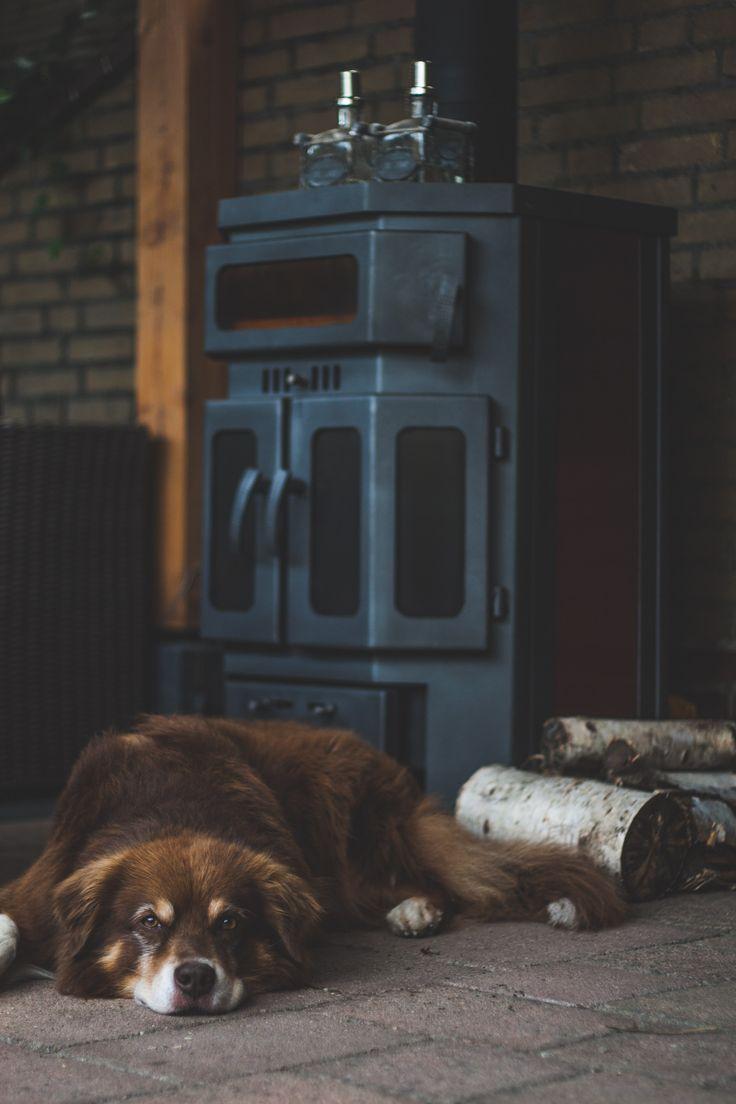 NuBuiten Project // Ouderkerk aan de IJssel // Een donkere hoek in de tuin werd omgebouwd tot sfeerplek waar de bewoners avonden bij de warmte van de buitenkachel spenderen en feestjes vieren. Door de klimop die tegen de schutting groeit lijkt de overkapping wel in een bos te staan, in plaats van in een nieuwbouwwijk!