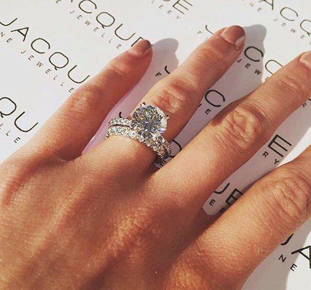 tampil anggun adalah dambaan setiap wanita. banyak hal yang menunjang salah satunya adalah dengan paduan perhiasan berlian yang memiliki warna cantik