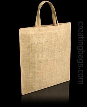 Modelo Bronze.  Esta bolsa es ecológica, está fabricada en tela de arpillera. Es muy resistente, y es ideal tanto para trasportar peso como para presentar documentos, catálogos, etc... Podemos fabricarla en el color que quieras y añadir tu logo o diseño. ¿Para que la utilizarías?